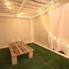 【2F 3名個室×5、4名個室×3】店内は靴を脱いで、芝生が敷かれた個室でお寛ぎいただけます。カーテンで仕切られた個室はシーンに合わせて最大27名様までのお部屋をお作りすることもできます。