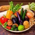 徹底的に素材にこだわった創作料理の数々…。契約農家の有機野菜など直送食材。年に数度農家や産地に足を運び、お客様に安心していただける厳選した食材を仕入れし提供いたします。