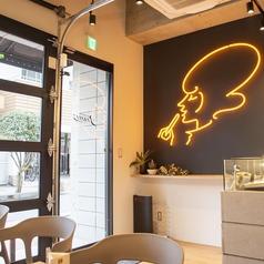 大きなガラスの扉から差し込む光で店内が明るく照らされる!ランチもディナーもおすすめのテーブル席です!