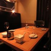 4名様までご利用可能なテーブル席。落ち着いた雰囲気ですので、お仕事帰りはもちろんお友達同士、ご家族でのご利用や各ご宴会、記念日、誕生日など様々なシーンでご利用いただけます。