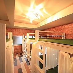 【1F 3名個室×5、4名個室×2】店内は靴を脱いで、芝生が敷かれた個室でお寛ぎいただけます。カーテンで仕切られた個室はシーンに合わせて最大23名様までのお部屋をお作りすることもできます。