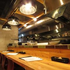 1階カウンター席/目の前で作られる料理を見られるのも「トコトコ」の魅力!豪快な手腕に会話も弾みます♪