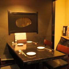 【3~4名様用テーブル(最大5名様)】ご家族やご友人と…カジュアルにお食事頂ける空間です。