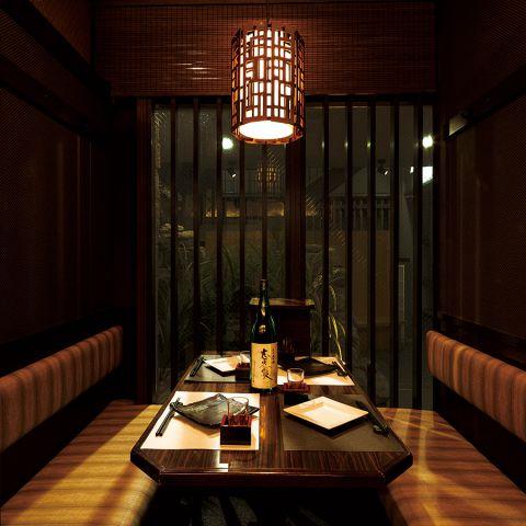 緑いっぱいのテラスを眺めながらお食事が愉しめる6名様用の完全個室は、プライベートなシーンに◎