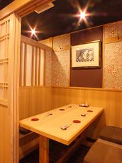 プライベートの飲み会に最適な小花柄が描かれた居心地の良い個室
