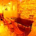 レンガの壁と木製テーブルと椅子が心地よい席です。テーブルをつなげれば10名様まで一緒に座れます。