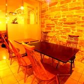 レンガの壁と木製テーブルと椅子が心地よい席です。2名様~ テーブルをつなげれば10名様まで一緒に座れます。