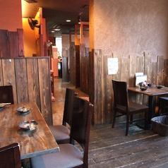 テーブルのお席は大きさがいくつかございますが、当店では4名様までお座りいただけるテーブル席を4セットご用意。2名様~4名様に適しています。