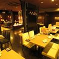 オープンフロアのデーブル席は最大40名までの宴会可能。