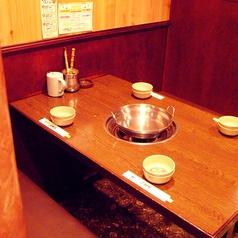 ゆったりと座れるテーブル席がメインの店内!!みんなで鍋を囲んで食べ放題を楽しんで下さい♪(4Fしゃぶしゃぶ・すき焼き)