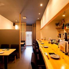お一人様でも大丈夫★木目調の落ち着いたテーブルの雰囲気で豊富なお酒と料理に舌鼓