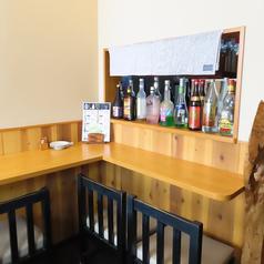 """1名様からお楽しみ頂けるカウンター席は3席ご用意いたしました!ランチタイムだけでなく、お仕事帰りのサク飲みにも大人気♪美味しい料理で今日1日の疲れも吹き飛ぶ、そんな""""癒し""""を感じて下さい◎(ご予約の際はテーブルまたはお座敷となります)"""
