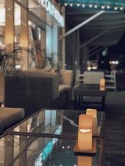 リバーサイド沿いの風が心地よいテラスは、ランチもディナーも人気!