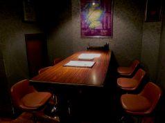 メインカウンターの横にあるテーブル席。ほかのテーブル席とは離れていますので、他の団体様と離れてバックバーを眺めながら静かに寛いでいただけます。