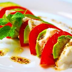 料理メニュー写真トマトとモッッツアレラとアボカドのカプレーゼ