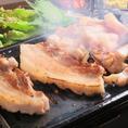【本場韓国の焼肉サムギョプサル】食べやすいサイズにカットしたら、自家製の3種類のタレとヘルシー野菜を絡めて好きなだけお楽しみ下さい!