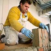 全ての工程を手作業で行う窯造り職人