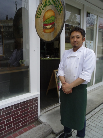 湯布院のご当地バーガー!大きなハンバーガーが描かれた看板と男前な店長が目印。