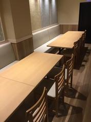 スタイリッシュで落ち着いた雰囲気のテーブル席