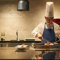 シェフの調理風景を間近でご覧いただけるライブキッチンです。