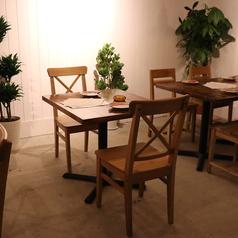 2名様向けのテーブル席。カップルでの記念日やデートにオススメのお席です。