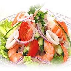 海の幸がいっぱい 具だくさんの海鮮サラダ
