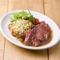 料理メニュー写真牛サーロインステーキととチキンの香草パン粉チーズ焼き ハーフ&ハーフ盛り合わせ