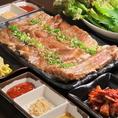 【本場韓国の焼肉サムギョプサル】県内産の豚のスペアリブを開いて、野菜や果物を擦り込んで作った特製のタレに浸け込んでいます。