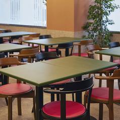 仕事終わりの同僚との一杯やご友人とのお食事、女子会・ママ会など、少人数でのお集まりに最適な4名様用テーブル席。店内は明るく、落ち着いた空間となっており、ご宴会をより華やかに彩ります。  ≪食べ放題/飲み放題/貸切/歓送迎会≫
