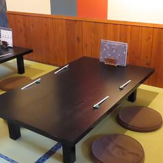 お靴を脱いでゆったりとお過ごしいただけるお座敷席の4名テーブルは3卓ございます。ご来店されたお客様に「くつろぎ」の時間をご提供したいという思いでご用意いたしました。至福の時間をお過ごしください♪(ご予約の際はテーブルまたはお座敷となります)