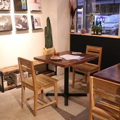 2名様向けのテーブル席。テーブルの移動・連結可能ですので、お客様の人数に合わせたお席をご用意します。