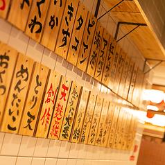 【天ぷらを食べたいときは木札に注目!】自慢の天ぷらを食べたいときには壁の木札を見てください♪定番ネタはもちろん!創作天ぷらも充実してます!