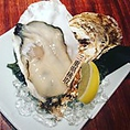 【生牡蠣(1ピース)】一年中、旬で新鮮な生牡蠣をご用意。北は北海道から南は九州まで、プロが選び抜いた、その時期に一番美味しい牡蠣を多数仕入れております。