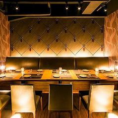 2階にはカウンターが5席あります。お一人様やちょい飲み、デート利用などに最適です。美味しい鶏料理、新鮮なお魚とお好みのお酒で満足のいく時間をお過ごしください。