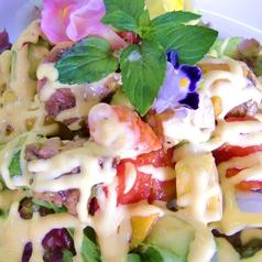 料理メニュー写真フルーティ!南国気分のトロピカルサラダ