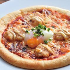 料理メニュー写真とろーり卵の生つくねピザ