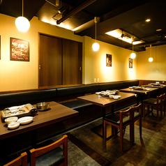 片側ソファーのテーブル席もご用意しております。デートにもぴったりのお席で自慢の韓国料理をお楽しみください!