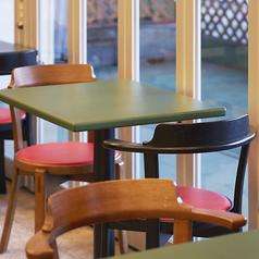 デートやお仕事終わりのお食事などに最適の2名様用テーブル席もご用意しております。ランチタイムには柔らかな日差しが差し込む開放的なお席で、お食事や会話をお楽しみいただけます。お一人様のご利用にも◎。お気軽にご利用くださいませ。  ≪食べ放題/飲み放題/貸切/歓送迎会≫