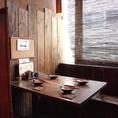木製のテーブルと壁に囲まれた半個室のテーブル席は、木のぬくもりを存分に感じさせて心に安らぎを与える、2名様~4名様に適したお席です。