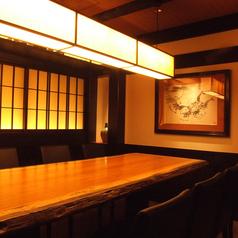 8名様用個室やテーブル席など、心温まる和モダン空間をご用意致します。落ち着いた和空間の老舗串カツ店。アツアツの揚げたて串カツを落ち着いた雰囲気の中ご堪能いただけます。