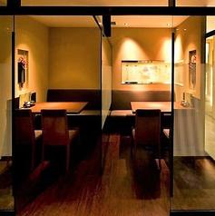 <半個室>柔らかな灯りが心地よい、パーテーションで仕切られた半個室タイプのお席です。履物はそのままで着席できるテーブル席は、かしこまった場にもご利用しやすく人気です。鳥どりでは珍しいテーブル席です。飲み会やご接待などにご活用ください。