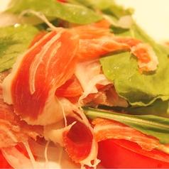 料理メニュー写真完熟トマトと生ハムのサラダ 粗挽きペッパーソース