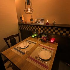 【2名様用個室テーブル席】一階にある2名様席はお互いが向き合いながら座るお席です。向かいあうからこそお互いの表情などもしっかりと見れ、話もきっと弾むはず。接待やデート、親しい友人とのお食事会などにお勧めです。襖でしっかりと仕切られているからこそ二人だけの空間が約束できます。