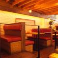 4名様用のテーブル席はゆったり座れる広々仕様。階段状になっていて、解放感を味わえます。。【岡山/岡山駅/バル/女子会/飲み放題/個室/宴会/魚/肉/ワイン/千屋牛/誕生日/記念日】