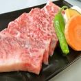 ≪神戸牛≫ 日本三大和牛の一つ。人肌で溶けてしまうほど融点の低いサシ( 脂肪)が筋肉の中に細かく入っている、上等な霜降りです。※写真はイメージとなります。