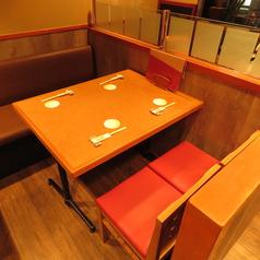 スタンダードな4名様テーブル席。座席の半分がソファーになっているのも嬉しいポイント◎ 自然と仲間との距離も近くなり会話が弾むテーブル席です♪会社帰りのサク飲みやプチ宴会等様々なシーンにご利用いただけます!是非お気軽にお立ち寄りくださいませ★