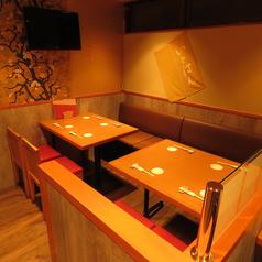 BOX席感覚のちょっとした囲いのあるテーブル席。暖色の照明が安心感を与えます。木の温もりが感じられる和の空間でワイワイ飲み会しよう!