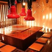 いろりの様な四角いテーブルを囲み16名樣まで利用できる落ち着いた雰囲気の空間。掘りごたつタイプ。