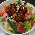 料理メニュー写真水菜と山芋のシャキシャキサラダ・温玉ベーコンサラダ・もち豚の焼肉サラダ・生ハムサラダ