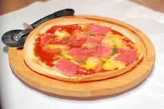 料理メニュー写真栗豚生ハムとモッツアレラチーズのうす焼きピッツァ